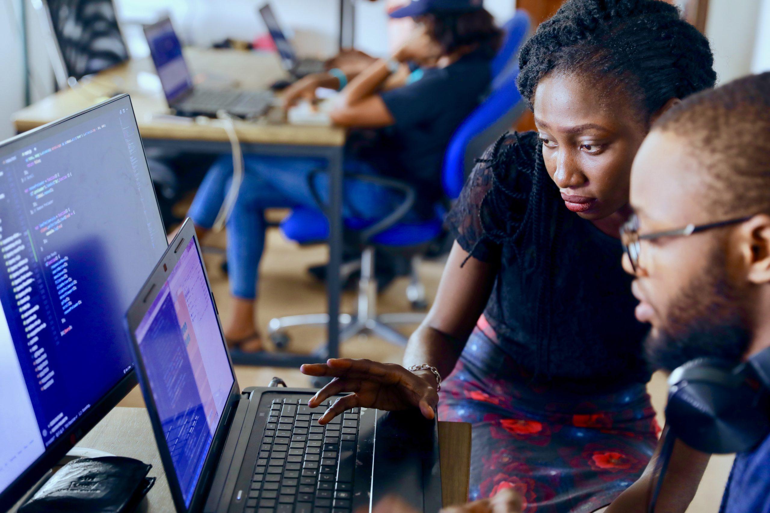 un homme et une femme travaillent ensemble sur un ordinateur