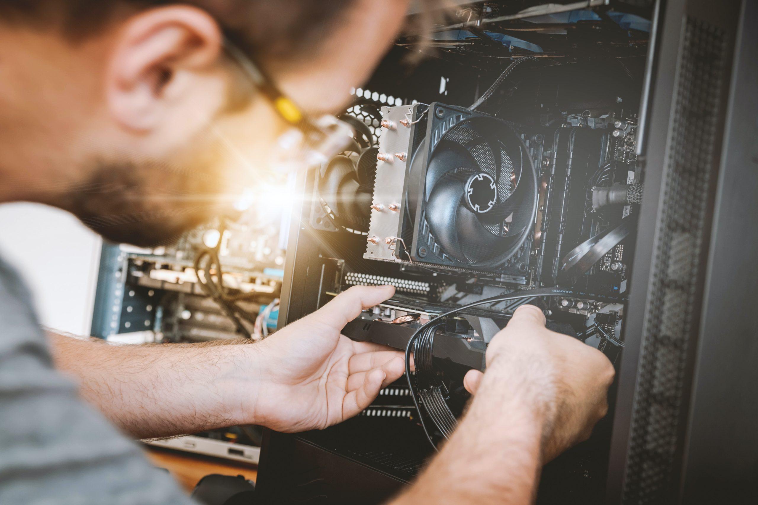 un homme répare une infrastructure informatique